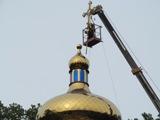 На новій церкві в Гурбах встановили 80-кілограмовий хрест