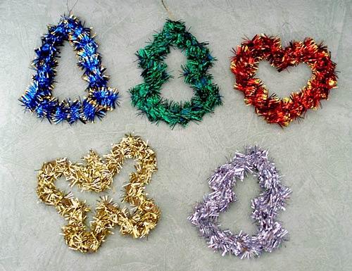 Украсим мишурой игрушки.  Вырежем из картона контуры различных игрушек: бабочек, сердечек, колокольчиков, ёлочек.
