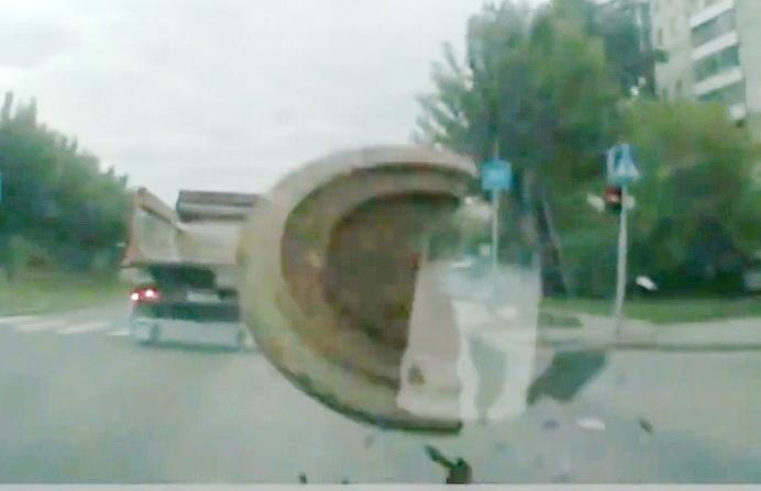 Невероятные аварии с канализационными люками